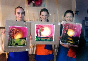 Юные художницы со своими произведениями в ArtClass!